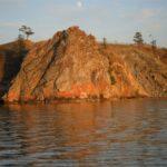 Wysoki i urwisty skalny brzeg